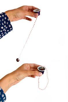 Erg fijn spelletje voor de ooghandcoordinatie en timing. Gemakkelijk zelf te maken met kraal, touwtje en nespressocup.