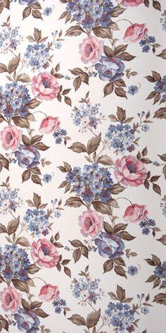 Motiv dieser romantischen Vintage Tapete sind rosa und blaue Rosen in Aquarelloptik. Das Papier dieser Original 70er Jahre Tapete besitzt eine aufgewalzte Prägung in Streifen Optik und ist und von...