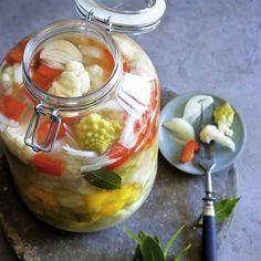 Das Besondere beim Fermentieren ist, dass das Gemüse nicht erhitzt wird. Somit bleiben alle Nährstoffe enthalten. Also: bunt, lecker und gesund! Bunt, Pickles, Cucumber, Food, Cauliflower, Stew, Pickling, Food Portions, Eten