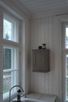 Kesällä Billnäsistä löytynyt vanha pikkukaappi on saanut harmaan pinnan. Vahasin kaapin Allbäckin myyränharmaalla pellavaöljyvahalla. Myy...