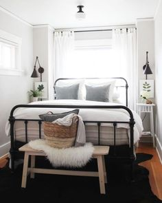 You can decorate guest bedrooms without neglecting their cosy sides. A guest bedroom can still look stylish. We have 30 cosy guest bedroom ideas in the . Read Cozy Guest Bedroom Ideas 2020 (For Your Inspiration) Bedroom Inspo, Home Decor Bedroom, Bedroom Furniture, Bedding Decor, Small Bedroom Inspiration, Small Bedroom Decorating, Decor For Small Bedroom, Simple Bedroom Small, Industrial Bedroom Decor