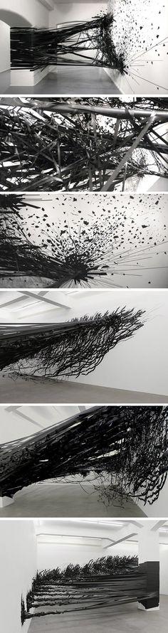 Du ruban adhésif, de la patience et de l'imagination Aerial est une installation de l'artiste berlinoise Monika Grzymala, entièrement réalisée à l'aide d'u