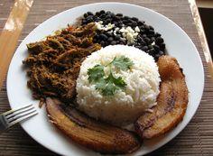 El Pabellón Criollo consta de arroz blanco, carne mechada, caraotas negras y tajadas de plátano frito