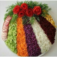 Cum sa decorezi salata de boeuf anul acesta – Idei spectaculoase Check more at w… How to Decorate Beef Salad This Year – Spectacular Ideas Check more at www. Meat Trays, Veggie Platters, Veggie Tray, Fruit Decorations, Food Decoration, Creative Food Art, Beef Salad, Food Salad, Food Carving
