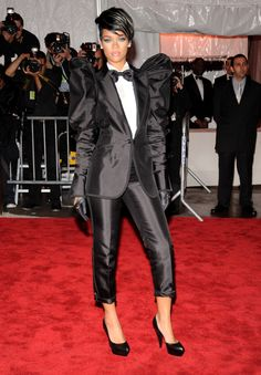 Rihanna wearing Dolce & Gabbana Suit Jil Sander sculpted pumps At the Costume Institute Gala in New York May 04 2009 Moda Rihanna, Rihanna Fenty, Rihanna Red Carpet, Dolce And Gabbana Suits, Estilo Tomboy, Rihanna Photos, Evolution Of Fashion, Rihanna Style, Costume Institute