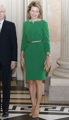 Matilde optó por un vestido verde de líneas rectas y apertura en el escote, de Natan -es la primera vez que lo luce-, al que añadió un fino cinturón dorado y 'clutch' en tono 'nude'. Remato el estilismo con unos llamativos pendientes a juego con el vestido.