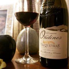 """Domaine les Ondines Vacqueyras 2014. Elegante. Começa na taça com um cereja brilhante. Os aromas remetem frutas negras frescas, principalmente cerejas, com um fundo de condimentos e uma certa mineralidade. Na boca a juventude está um pouco evidente, mas se trata de um vinho educado.  Compre em: 👉 https://vivaovinho.shop/ #vinho #vivaovinhoshop #fotooficialvov #grenache #cinsault #syrah #frança #vinhofrances #cotesdurhone #vacqueyras 🍷🍷🍷""""…"""