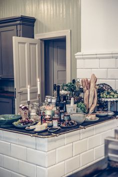 Lansering av L'Hôtel från Sandberg Wallpaper. Plain English Kitchen, Swedish Kitchen, Kitchen Interior, Interior Design Living Room, Interior Decorating, Christmas Interiors, Scandinavian Home, Interior Inspiration, Home Kitchens