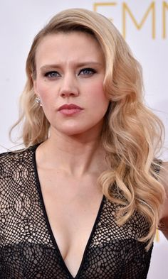 Kate McKinnon Long Wavy Cut - Kate McKinnon contrasted her edgy-goth outfit with a sweet wavy 'do when she attended the Emmys. Kate Mckinnon, The Emmys, Crop Top Bikini, Famous Women, Height And Weight, Girl Crushes, Body Measurements, Beautiful People, Beautiful Women