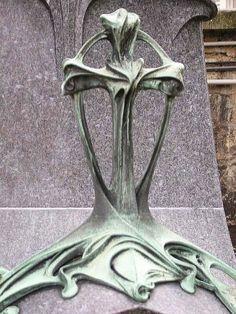 Hector Guimard (1867-1942). Pierre tombale de la famille Ernest Caillat. 1899. Cimetière du Père Lachaise - Paris 20e - France