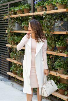 Дизайн одежды для весны носить румяное розовое платье, белый жилет и обнаженные каблуки