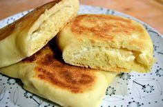 Pane naan al formaggio ovvero cheese naan - Il pane naan al formaggio, ovvero cheese naan è un pane tipico indiano. E' molto semplice e veloce da preparare. Inoltre è molto pratico perché viene cotto in padella. Nella stagione estiva potrete così evitare … Pane, Pancakes, Curry, Bread, Breakfast, Food, Indian, Morning Coffee, Curries