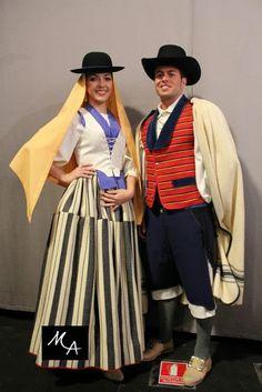 Mujer de Tejina y hombre de Tacoronte, Tenerife, recreación Tenerife, Spanish Fashion, The Shining, Canary Islands, Fashion History, Traditional Outfits, Culture, Costumes, Clothes