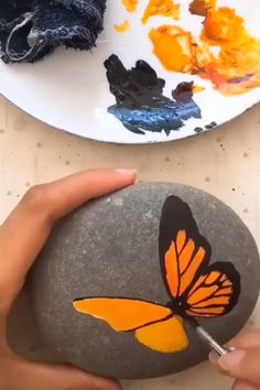 Art of painting on gravel – Shannon R.🌹 Art of painting on gravel Relaxation drawing has been a popular art form and has a rich It is being practiced since ages and holds a long lasting impression. The fine pencil designs Pebble Painting, Pebble Art, Stone Painting, Painting & Drawing, China Painting, Stone Crafts, Rock Crafts, Arts And Crafts, Rock Painting Designs