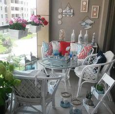 Yazın sonuna yaklaşırken, henüz daha balkonlarla vedalaşmaya hazır değiliz. Ayşegül Hanım'ın çiçekler ve bolca dekoratif aksesuarla dekore ettiği, her köşesi özenli balkonuna bakmadan sezonu kapamayın...