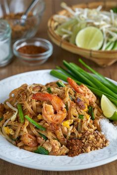 Pad thai, fideos fritos estilo thai, fideos fritos, noodles fritos, cocina tailandesa Thai Recipes, Asian Recipes, Healthy Recipes, Thai Wok, Pad Thai Noodles, Thai Street Food, Food Goals, Home Food, International Recipes