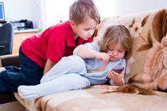 Dzieci się dzielą telefonem