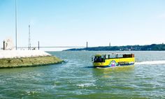 O primeiro autocarro anfíbio de Lisboa já navega no Tejo. (Lisbon's first amphibious bus). +video @ http://fugas.publico.pt/319670 #turismo #travel #lisboa #lisbon #portugal