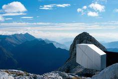 Construit par le studio d'architecture OFIS en collaboration avec des ingénieurs, ce refuge se trouve sur le mont Kanin en Slovénie. Cette coque en bois autonome en forme de porte-à-faux pour résister aux conditions météorologiques extrêmes a une superficie maximale de 9,7m2 et peut accueillir jusqu'à neuf alpinistes. Principalement composée de bois stratifié, la structure fait également appel à l'aluminium et au verre.Ce refuge offre une vue à 360 degrés sur la Slovénie et l'Italie, il…