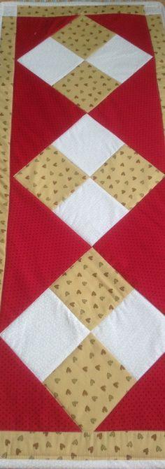 Caminho de mesa em Patchwork <br>Medida 1,00x040cm <br>Tecido 100%algodão, forro em manta acrílica . <br>Fotos ilustrativas.
