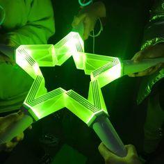 "6,547 Me gusta, 12 comentarios - NCT WAYV LUCAS (@nct__lucas) en Instagram: ""So pretty Neo green 💚💚💚💚💚"" Lucas Nct, Bts K Pop, Nct Group, K Wallpaper, Kpop Merch, K Idol, Kpop Aesthetic, Color Themes, Taeyong"