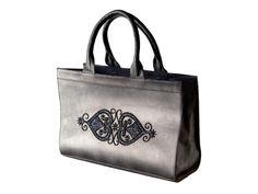 Sac en cuir, brodé main de perles et paillettes Dimensions : l. 43 x h. 28 x p. 12 cm  Pearls and sequins hand embroidered leather bag Dimensions : l. 16.9 x h. 11 x p. 4.7 in
