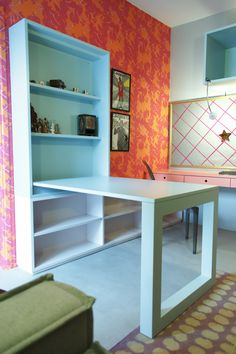 Decora Rosenbaum Temporada 2 - Sala de Diva. Decoração cores neon, mesa dobrável. Foto: Felipe Felco Valle