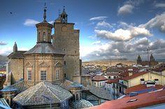 Imagen de las torres de la iglesia de San Saturnino tomada desde lo alto del hotel Maisonave. AYTO. DE PAMPLONA fuente: Diario de Navarra. Autor: no lo pusieron.