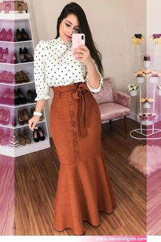 Cute polka dot shirt and long brown skirt Maxi Skirt Outfits, Modest Outfits, Classy Outfits, Stylish Outfits, Modest Wear, Maxi Skirts, Muslim Fashion, Modest Fashion, Fashion Outfits