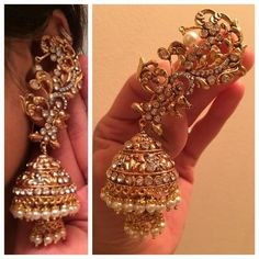 Jewels & accessories that are used to embellish strong, beautiful, and classy women á la couture. Gold Jhumka Earrings, Indian Jewelry Earrings, Jewelry Design Earrings, Gold Earrings Designs, Indian Wedding Jewelry, Ear Jewelry, India Jewelry, Bridal Jewelry, Jewelery