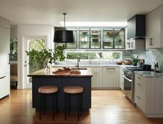 When planning a kitchen extension, one L. couple wanted to make up for lost outdoor views, so their designer came up with a brilliant backsplash window cutout. Cheap Rustic Decor, Cheap Home Decor, Old Kitchen, Kitchen Sets, Kitchen Storage, Home Design, Interior Design, Kitchen Interior, Kitchen Design