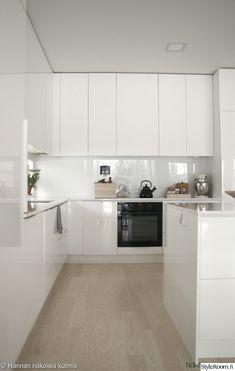 Minimalist Scandinavian, Minimalist Home, Kitchen Cabinet Colors, Kitchen Cabinets, White Glossy Kitchen, Light Wood Texture, White Cabinets, Bauhaus, Kitchen Dining