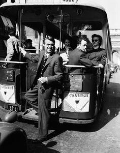 Cary Grant takes the bus in Paris - Cary Grant prend un bus de la ligne 30, Trocadéro / Gare de l'Est à Paris, 1956.