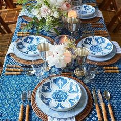 What an enchanting table with bold and beautiful Bunny Williams Campbell dinnerware! I would adore sitting here tonight! Regrann: @bunnywilliamshome  #bunnywilliams #bunnywilliamshome #bunnywilliamsdinnerware #campbelldinnerware #pretty #prettyandproper #blue #popsofblue #tablescapes #tablescape #tablegoals #classic #timeless #traditional #hollyholden