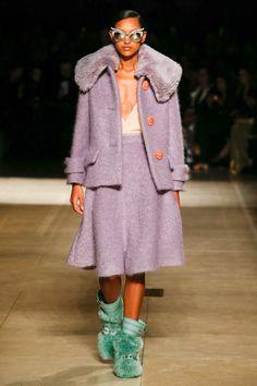 Miu Miu Fall 2017 Ready-to-Wear Fashion Show Collection Fashion Week, Fashion 2017, Runway Fashion, Winter Fashion, Womens Fashion, Fashion Trends, Miu Miu, Catty Noir, Italian Luxury Brands