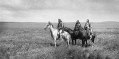 tres jefes Pies negros en una pradera. Los pies negros son una tribu de amerindios asentados en Montana