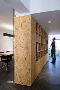 Partition wall in OSB incorporating long storage. Office Interior Design, Office Interiors, Modern Interior, Osb Board, Particle Board, Plywood Walls, Plywood Bookcase, Osb Plywood, Plywood Storage