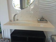 Pia de porcelanato esculpida com linhas modernas E Design, Bathroom Lighting, Bathtub, Mirror, Furniture, Home Decor, Toilet Decoration, Small Shower Room, Types Of Countertops