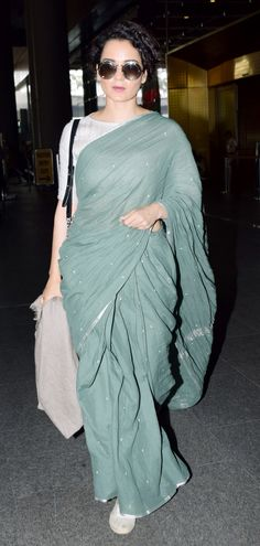 Kangana Ranaut opted for a quirky Indian look - a green cotton saree, paired with white brogue shoes. White Saree Blouse, Cotton Saree Blouse Designs, Indian Attire, Indian Ethnic Wear, Indian Dresses, Indian Outfits, Stylish Blouse Design, Simple Sarees, Saree Look