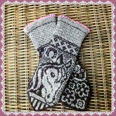 Ravelry: Irma horse mittens pattern by JennyPenny Knitted Mittens Pattern, Knit Mittens, Knitted Gloves, Knitting Socks, Hand Knitting, Knitting Charts, Knitting Patterns, Knit Or Crochet, Crochet Hats