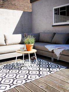 Lounge bank en buitenkleed in de tuin.