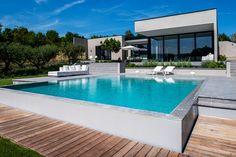 Maison contemporaine avec piscine et végétation