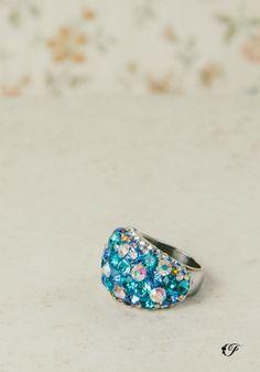 Bellísimo anillo grueso de cristales en acero inoxidable. Apenas para esa noche de fiesta.