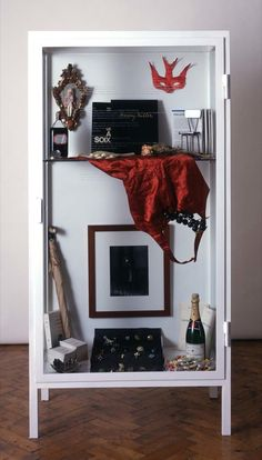 Sophie Calle, le rituel d'anniversaire, glorification du quotidien, conservation et classification en vitrine de tous ses cadeaux d'anniversaire, collection, muséification de l'ordinaire