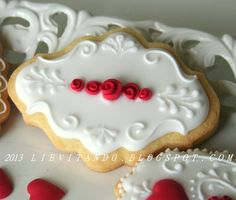Sugar Cookies with White Royal Icing Scrollwork And Red Ribbon Roses. Fancy Cookies, Iced Cookies, Cute Cookies, Cupcake Cookies, Sugar Cookies, Elegant Cookies, Cookies Decorados, Galletas Cookies, Cookie Icing