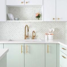 Mint Green Kitchen, Gold Kitchen, Farmhouse Sink Kitchen, Home Decor Kitchen, Kitchen Furniture, Kitchen Interior, New Kitchen, Modern Interior, Interior Design