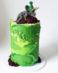 🦕💚 Disco Dino sure is a popular guy! This time he's Dinasour Birthday Cake, 25th Birthday Cakes, Dinosaur Birthday Party, 3rd Birthday, Dinosaur Cake Tutorial, Bolo Chanel, Dino Cake, Superhero Cake, The Good Dinosaur