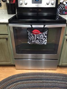 Oh snap! bin for potholders on an oven door.  #ThirtyOneGifts