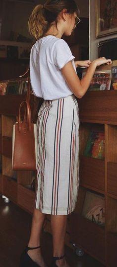 Idée et inspiration look d'été tendance 2017 Image Description #summer #outfits White Tee + Striped Maxi Skirt + Black Pumps // Shop this outfit in the link