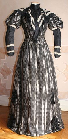 Two-piece suit (skirt and bodice) and in printed silk taffeta with black lace inserts, 1894.